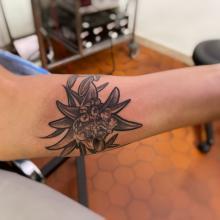 edelweiss-fleurs-lys-stephane-chaudesaigues-tatoueur