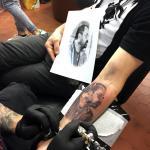 tatouage réalisé sur un bras, un portrait réaliste en travail de gris