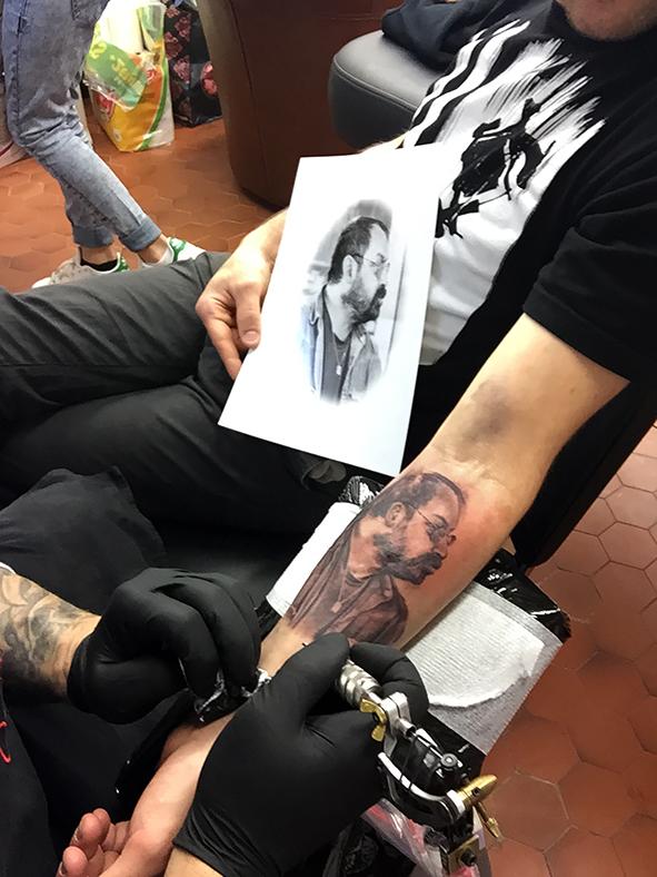 le portrait en tatouage du papa de justin